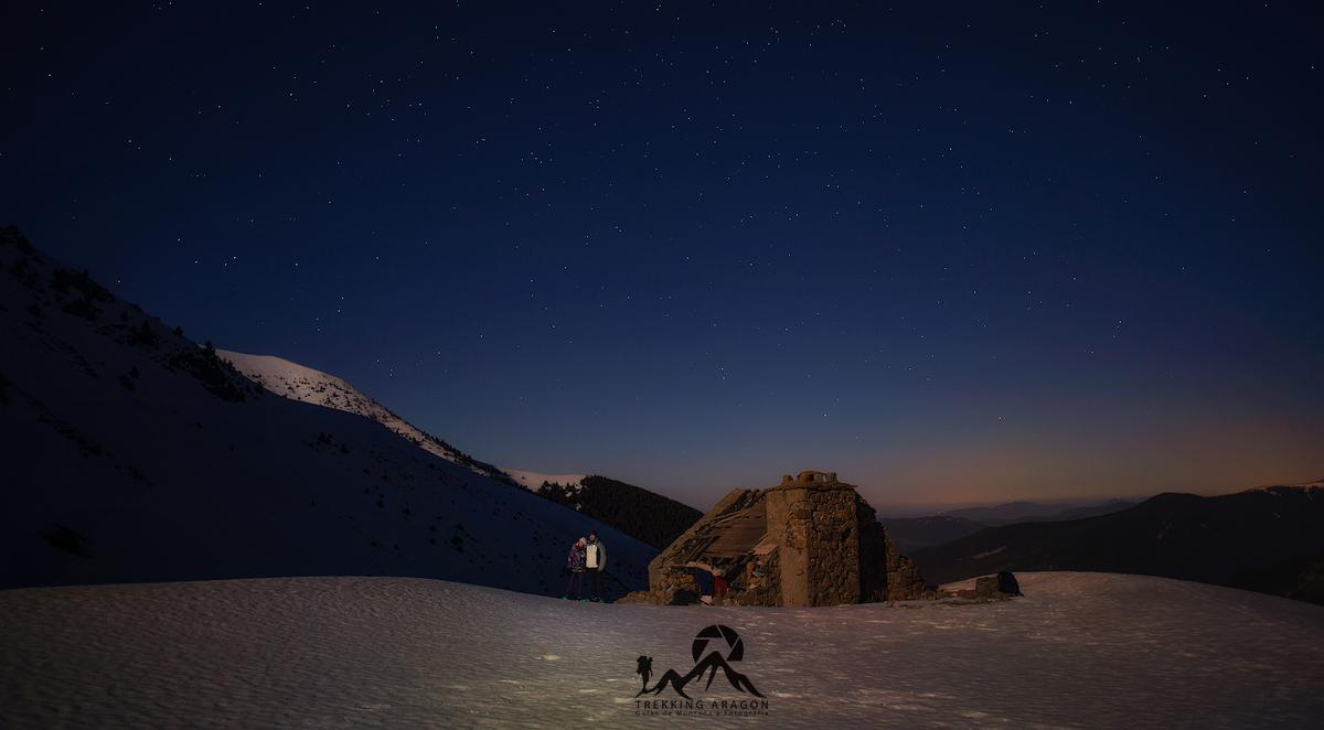 Raquetas de nieve con luna llena