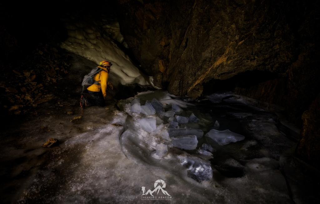 Cueva de hielo en el Pirineo